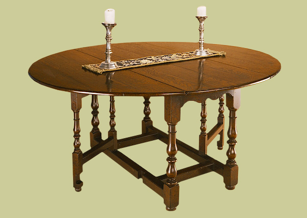 Small oak gateleg table, with single gates, makes a 4 to 6 seater.
