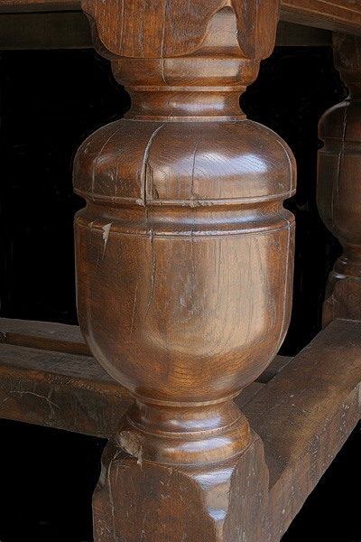 Bulbous oak cup & cover table leg