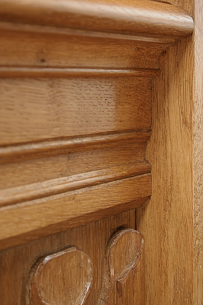 Headboard moulding on oak linenfold bed