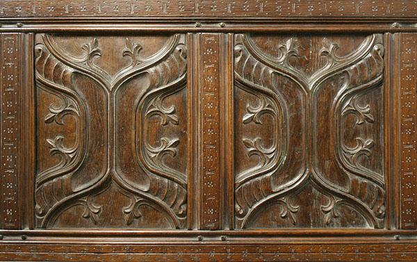 Enriched parchemin panels on oak four poster bed