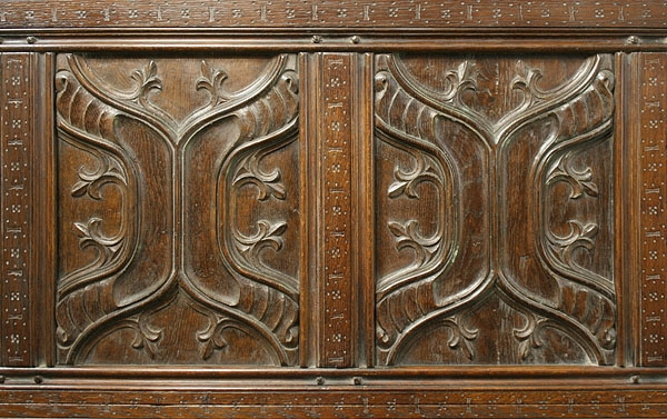 Carved parchemin panels on oak four poster bed