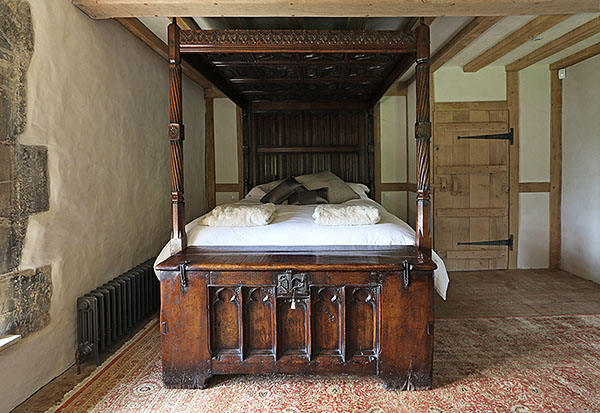Period Room Scene Of C15th Style Oak Chest 4 Poster Bed