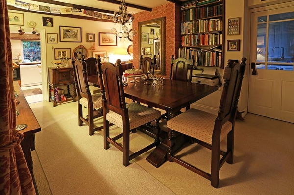 Period style pedestal table & chairs in cottage dining room